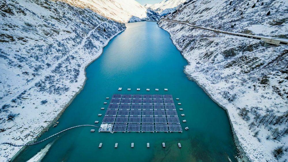 Energiselskapet Romande Energie sitt flytende solkraftverk i de sveitsiske alpene, nærmere bestemt på vannreservoaret Lac des Toules ved landsbyen Bourg-Saint-Pierre.