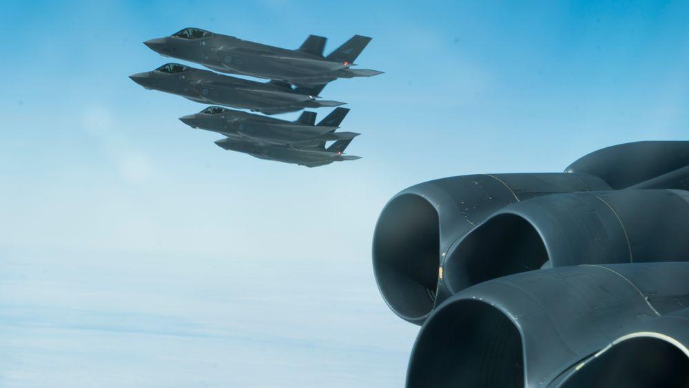 Dette bildet er fra da et B-52H i fjor for første gang fløy over 30 Nato-land på én dag for å demonstrere samholdet innad i alliansen og blant annet møtte disse fire norske F-35A-flyene.