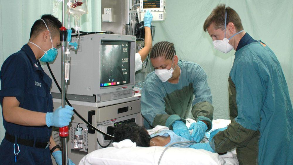 Et medisinsk team fra US Navy i ferd med å gjennomføre endoskopi på en pasient. Selv om undersøkelsen er ufarlig, er den krevende og ikke minst ubehagelig for pasientene.