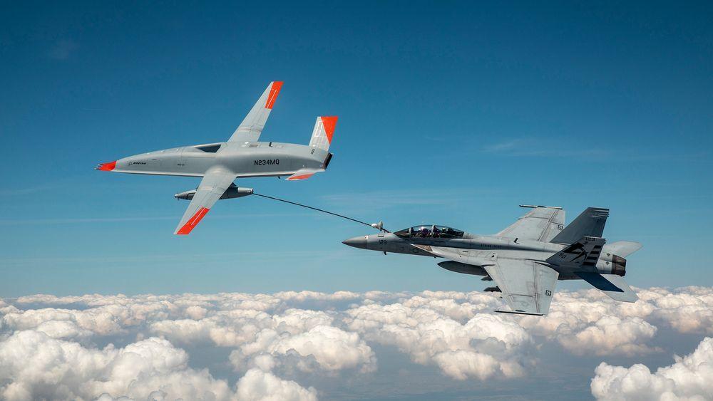 Et F/A-18F Super Hornet fra US Navy mottar drivstoff fra en MQ-25-testddrone 4. juni 2021.
