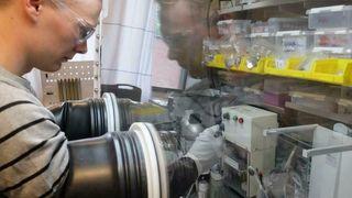 Trinn for trinn bygger Anders Brennhagen et natriumionebatteri.