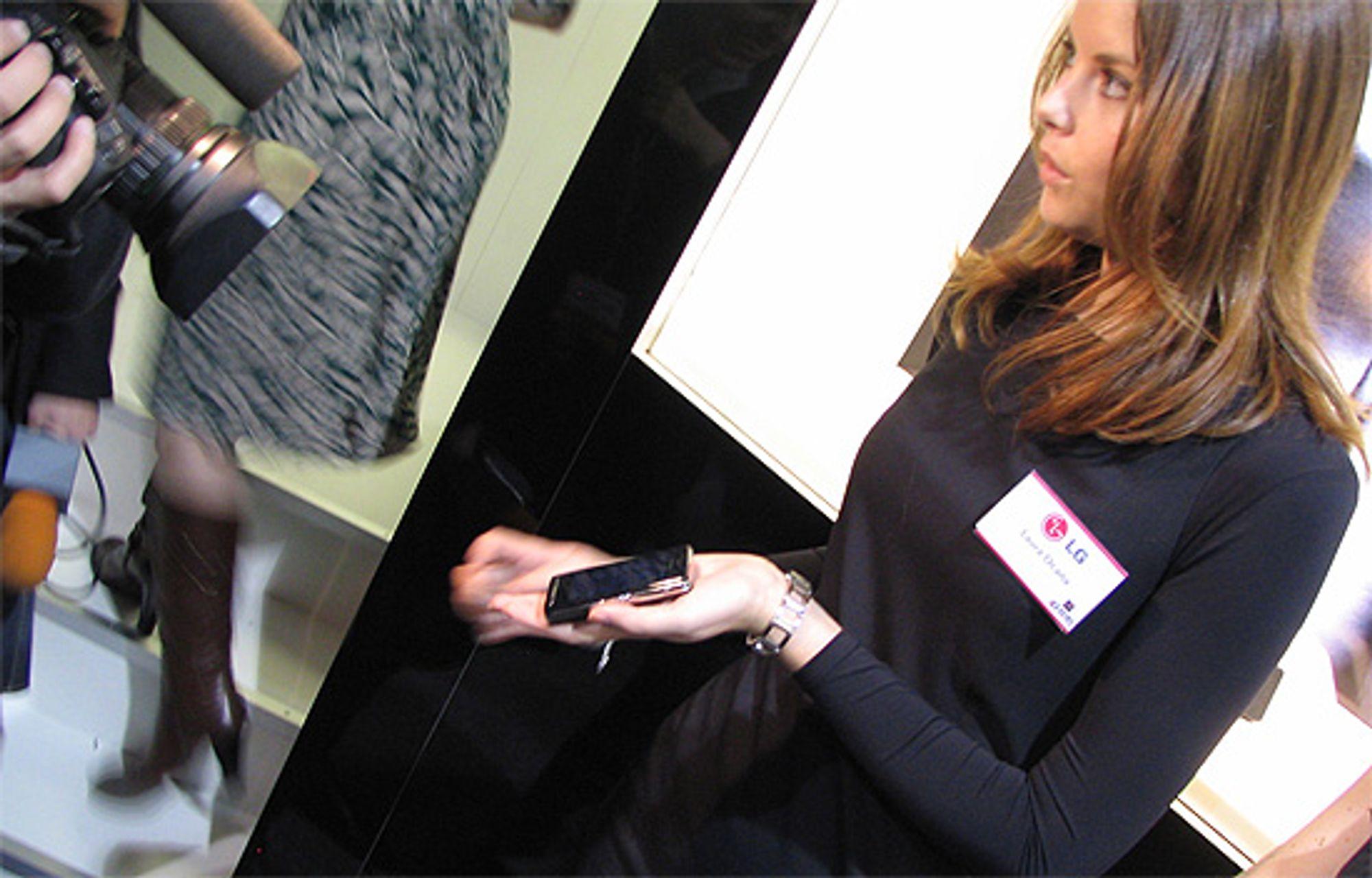 LG viser frem Prada-telefonen. (Alle foto: Marius Valle)
