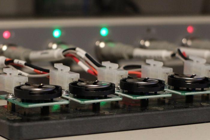 Batterier og ledninger.