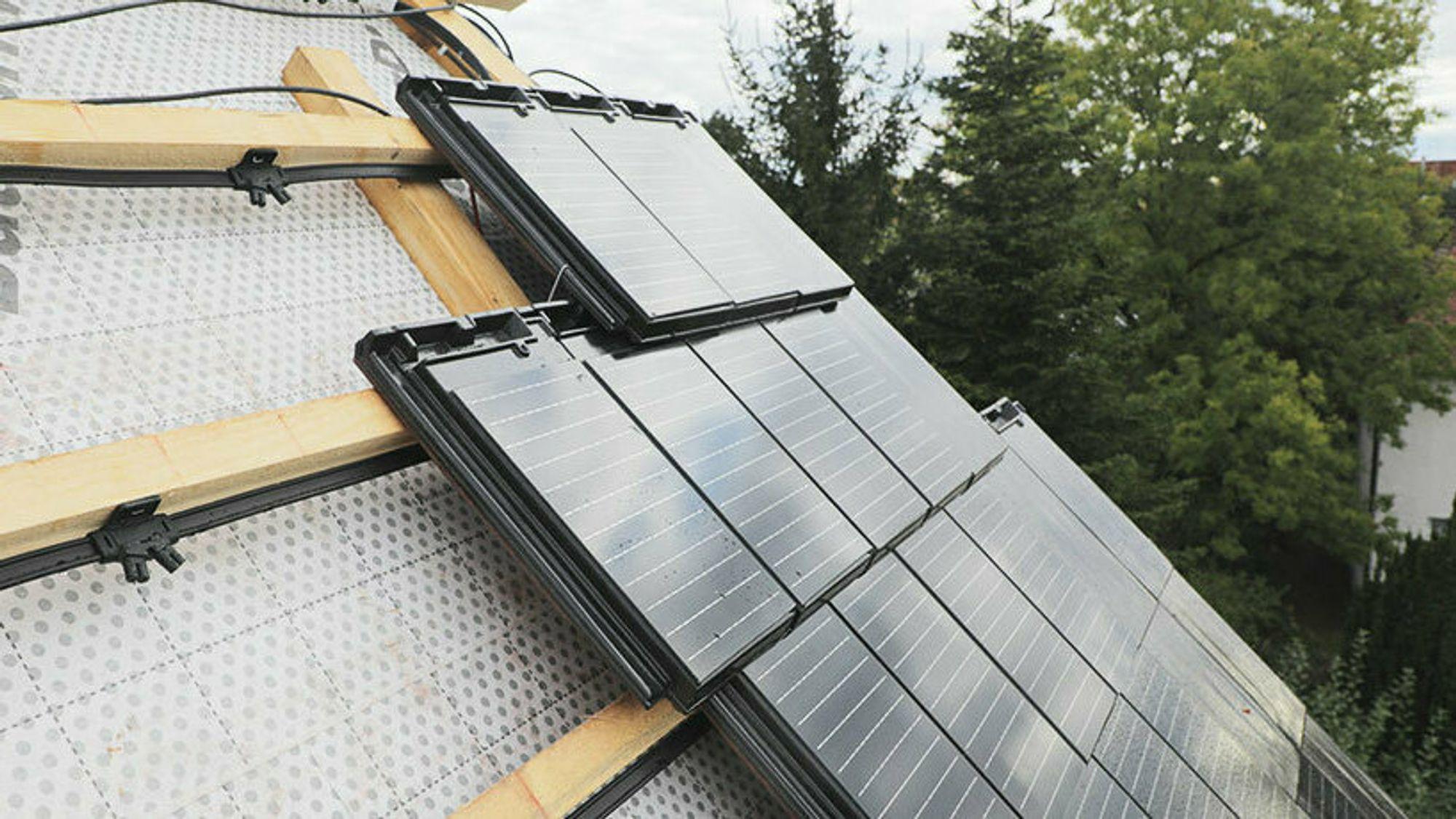 Solcelle-taksteinen til Skarpnes er allerede lagt på en del hytter og hus.