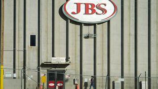 En ansatt på vei inn i JBS' fabrikk i Greeley i Colorado i USA. Det brasilianske kjøttforedlingsselskapet endte opp med å betale 11 millioner dollar, tilsvarende drøyt 92 millioner kroner, til gruppa som sto bak et dataangrep.