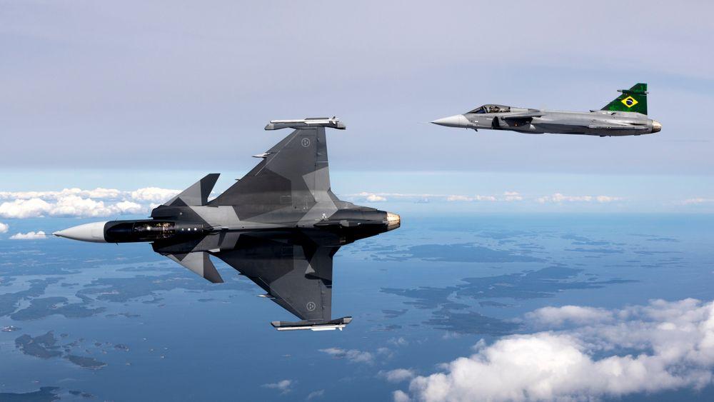 Svensk Jas-39E Gripen i lufta sammen med brasiliansk F-39E Gripen.