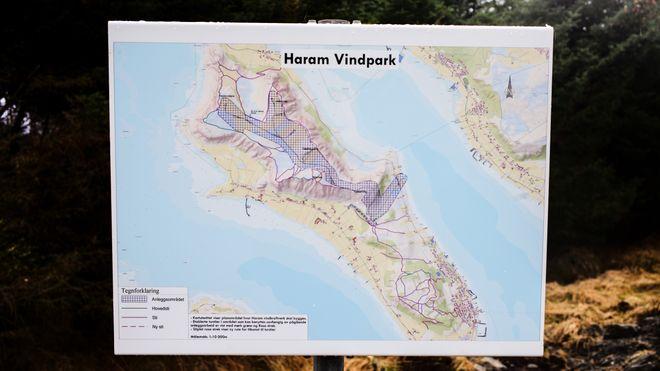 Haramsøy er 13 kvadratkilometer stor. Ifølge vindkraftmotstanderne dekker vindturbinene nesten 20 prosent av øyas areal.