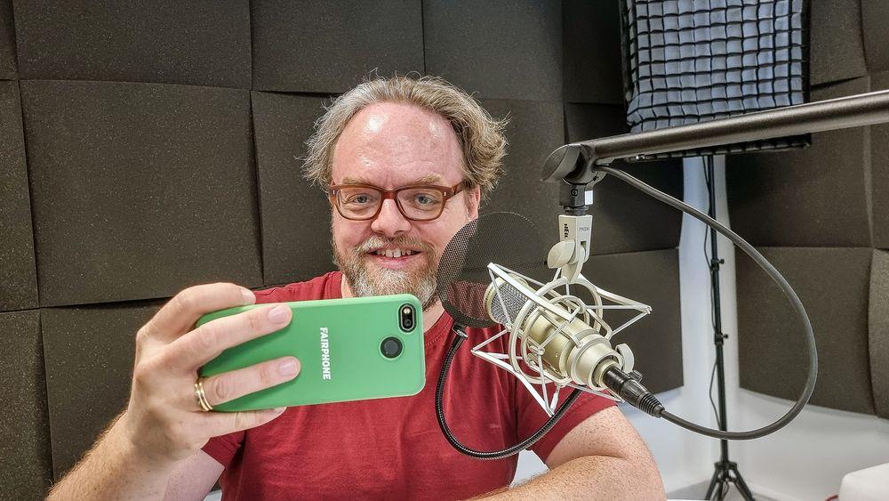 Tar ansvar: Bjørn Stærk lar seg ikke fange av mobilracet. Han bruker en FairPhone som kan repareres og oppgraderes og skal varer i mange år.
