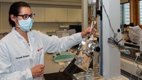Test- og innovasjonssenteret til Elopak i Spikkestad.Dr. Fernanda Shinagawa tester nye plastkorker som tilfredsstiller krav EU kommer med fra 2024.