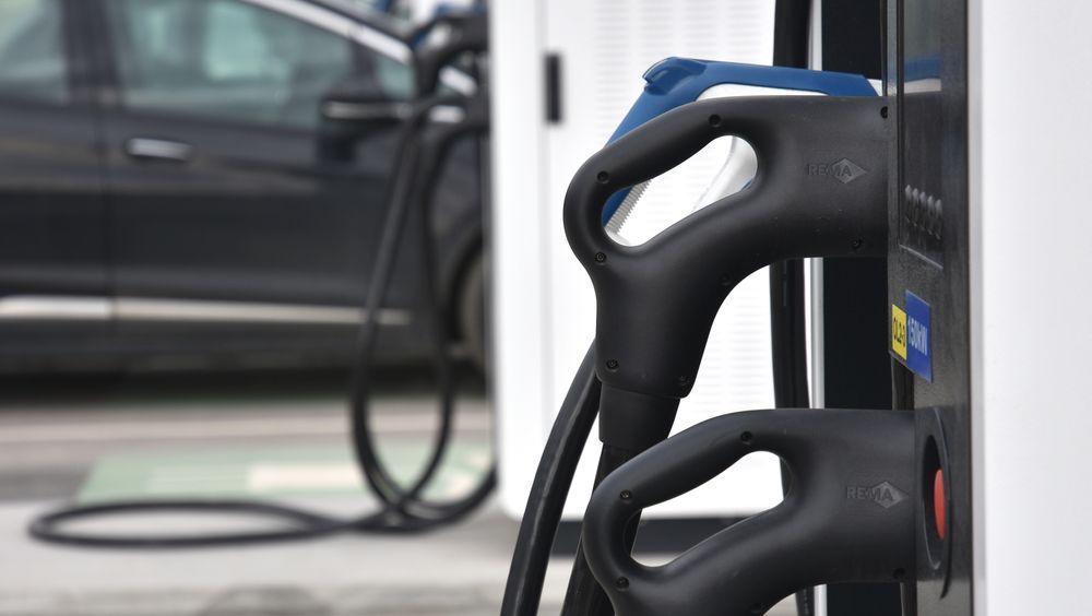 Mange danske bileiere er skeptiske til å gå over til elbil fordi de oppfatter at ladenettverket er for dårlig.
