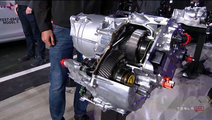 Den nye motorenheten i Model S.