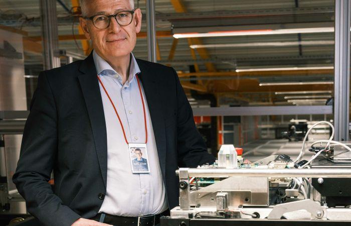 Karl Johan LIer ved en av de nye Blackline-robotene. Materialer og systemer testes hver eneste dag for å finne forbedringer.