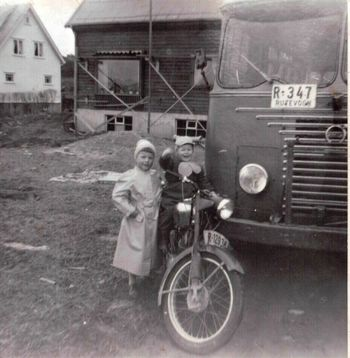 : Som guttunge fikk Karl Johan eller Kalle som han ble kalt, interesse for motor. Her på motorsykkel sammen med søster.