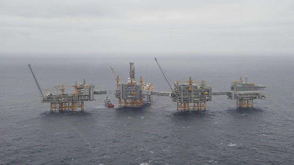 Johan Sverdrup-plattformen skal på sikt hente opp 720.000 fat per dag (estimert fra 2022), og stå for inntil 30 prosent av norsk oljeproduksjon. Bildet er tatt desember 2019.