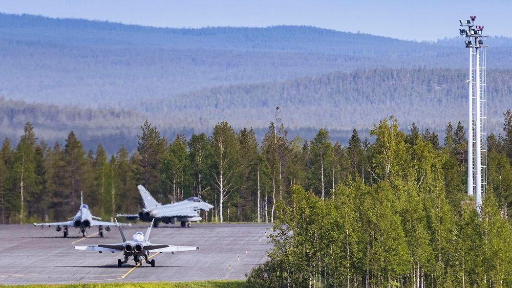To tyske Eurofighter Typhoon sammen med et finsk F/A-18 Hornet gjør seg klar til avgang i Rovaniemi i forbindelse med ACE-21.