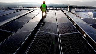 Bruk av solceller på norske bygninger har gitt økt etterspørsel etter litiumbatterier for energilagring. Batteriene gjør at en større del av den produserte strømmen kan brukes i bygget, noe som øker lønnsomheten til solcelleinstallasjonen, skriver artikkelforfatteren.