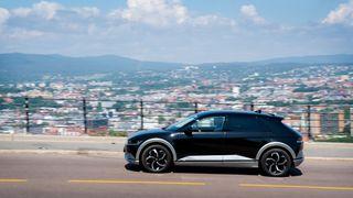 Hyundai Ioniq 5: Plutselig kan elbilen fylle energi om kapp med bensinbilen