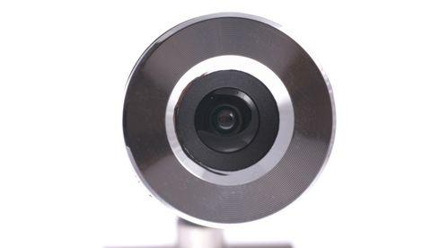 Fronten på et webcamera mot hvit bakgrunn