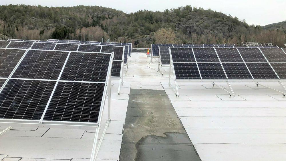 På baksiden av panelene er det solceller som fanger opp lyset som reflekteres i takbelegget.