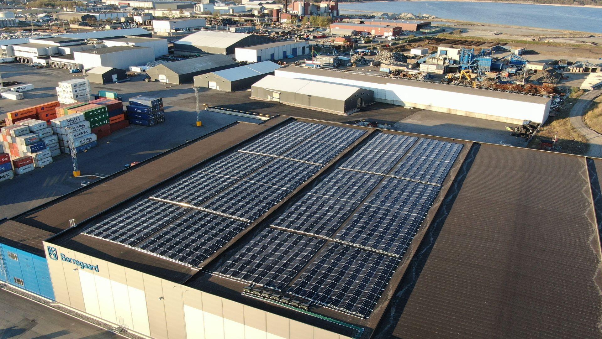Anlegget som Solcellespesialisten har installert her havna på Øra i Fredrikstad har en forventet årsproduksjon på 860 000 kWh, noe som utgjør 57 prosent av dagens energiforbruk på Øra-terminalen.