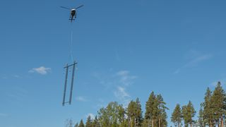 Forbud mot kreosot kan åpne nytt marked: Her flyr gründernes høyspentmast i aluminium
