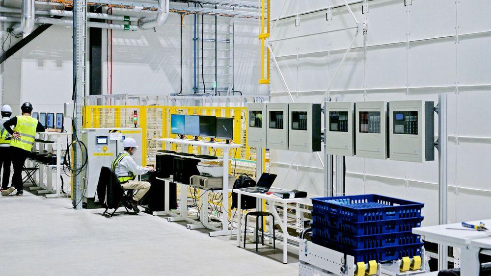 Svenske Northvolt var tidlig ute blant de nordiske aktørene med å satse på storskala batteriproduksjon. Nå kan Norge få flere store batterifabrikker. Bildet er fra TUs besøk til Northvolts batterilaboratorie i Västerås i 2020, hvor de tester ulike typer batterier.