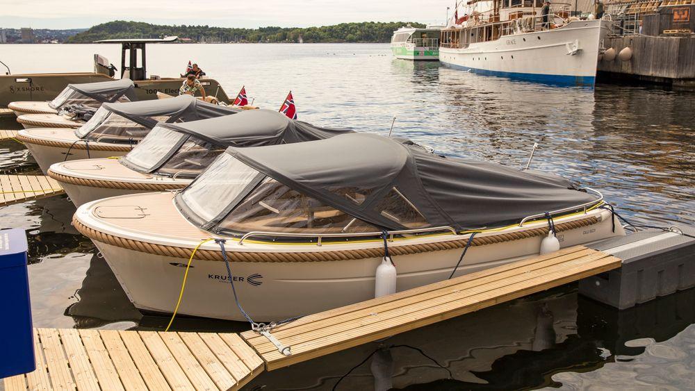 I den nye elbåthavna på Aker brygge står åtte elbåter til utleie. – Med dette kan mange tidligbrukere få oppleve det å kjøre en lydløs, luktfri og utslippsfri båt, sier Birgit Liodden, styreleder i Norsk Elbåtforening.