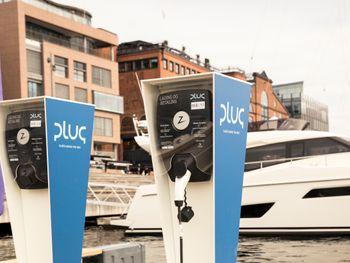Åpning av Norges første elbåthavn i juni 2021. Kruser står for utleiebåter, Plug for ladere.