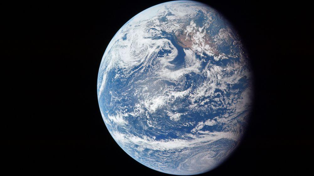 Basert på tilgjengelige data, har forskere laget en datasimulering av hvordan jordens kjerne har vokst de siste milliarder av årene. Modellen viser at jernkrystallene dannes i større grad i den østlige delen av kjernen enn i den vestlige delen.