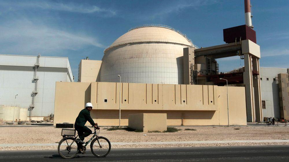 En arbeider sykler forbi atomkraftverket i Bushehr på et bilde fra 2010.