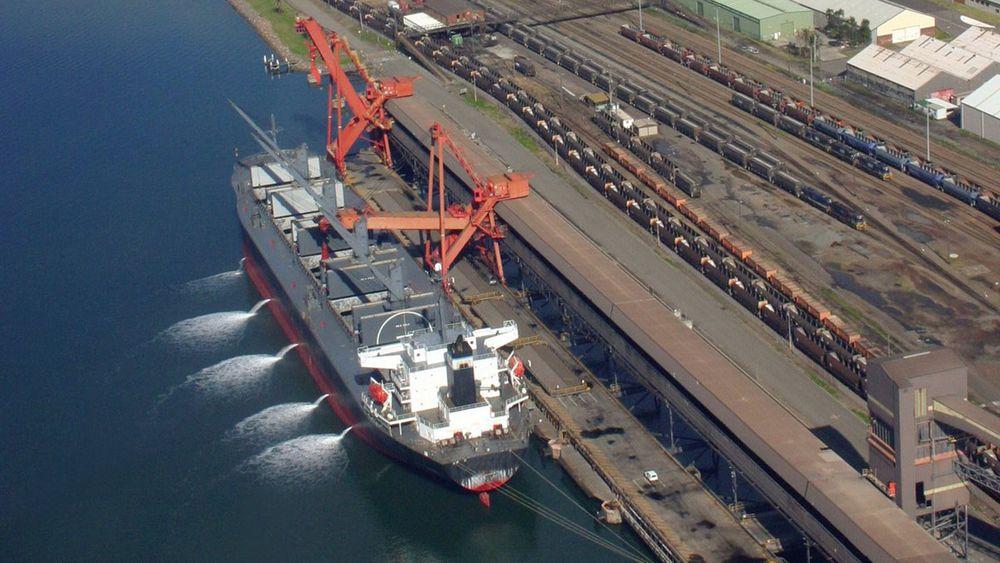 Ballastvann tømmes når skipet lastes. Vannet gir skipet stabilitet når det går med tomme lasterom.