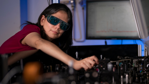 Dr. Rocio Camacho Morales, en av forskerne bak teknologien, tester en prototyp.