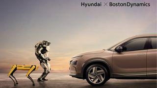 To roboter, en på to og en på fire bein sår på venstre side og ser mot en Hyundai på høyre side. Øverst i Høyre hjørne står det Hyundai x Boston Dynamics