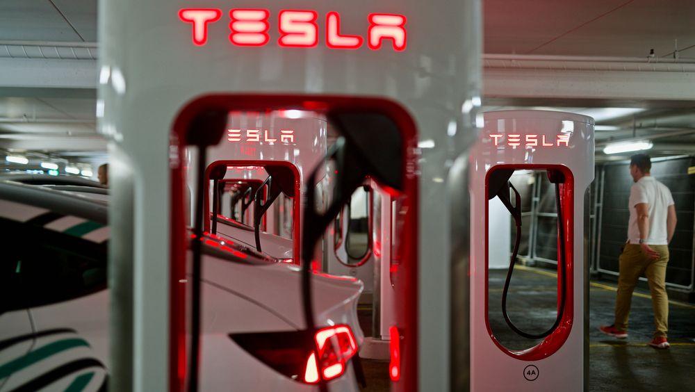 Tesla åpner Oslos største ladestasjon, med 18 ladestolper.