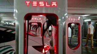 Tesla åpner Oslos største hurtigladestasjon – prøver å berolige kunder før laderne åpnes for alle
