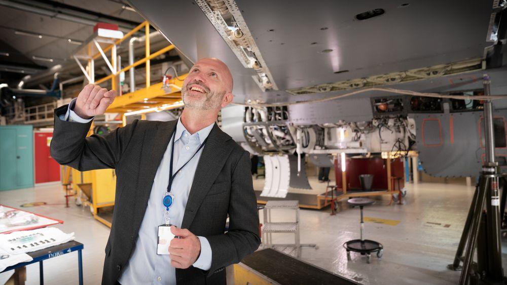 Atle Wøllo, direktør for Kongsberg Aviation Maintenance Services (Kams), inspiserer F-16 med halenummer 297 som nå er i ferd med å klargjøres for salg.
