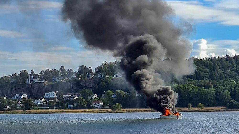 Brann i plastsnekke i Træla i Tønsberg i fjor sommer. Båtføreren hoppet i sjøen og kom uskadet fra hendelsen. Nå frykter forsikringsbransjen en ny ulykkessommer til sjøs.