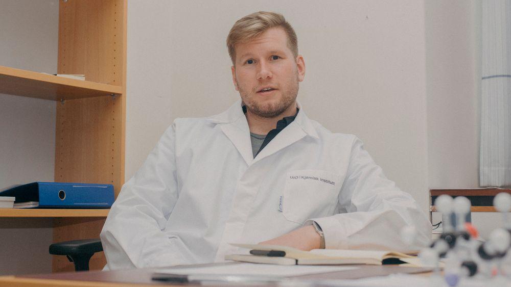 Førsteamanuensis i organisk kjemi Alexander H. Sandtorv ved UiO kan telle på to hender de gangene han har møtt skeive fagkollegaer i Norge og i utlandet. Han håper skeive realister og teknologer kan begynne å ta mer plass, og har flere forslag til hvordan det kan gjøres. Her fotografert for Morgenbladet i 2020.