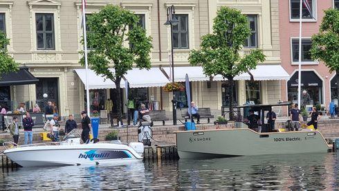 Havnebassenget i Arendal framsto uvanlig miljøriktig med alle de elektriske båtene som var fortøyd rundt i forbindelse med Lydløs-konferansen.