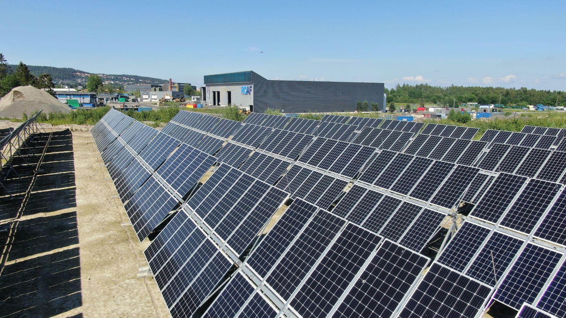 Snart åpner Norges første solcellepark med trackere og bi-facialpaneler ved ROAFs miljøpark på Berger ved Skedsmokorset.