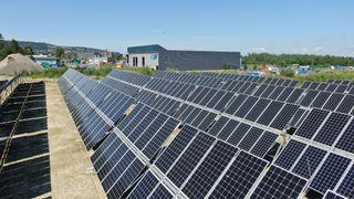 Norges første solcellepark har paneler som følger sola