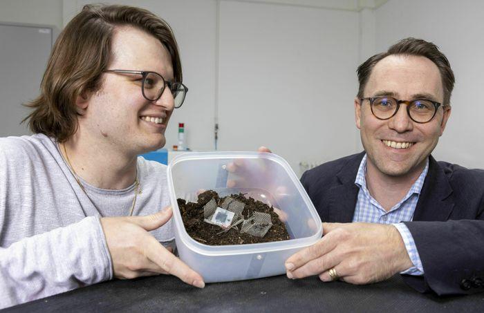 Xavier Aeby og Gustav Nyström ved Empa har utviklet et biologisk nedbrytbart batteri laget av cellulose og andre giftfrie komponenter.
