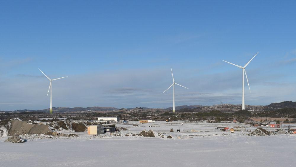 De tre vindturbinene i Haugaland næringspark skal egentlig ha hinderlys som bare slår seg på når et luftfartøy er i nærheten.