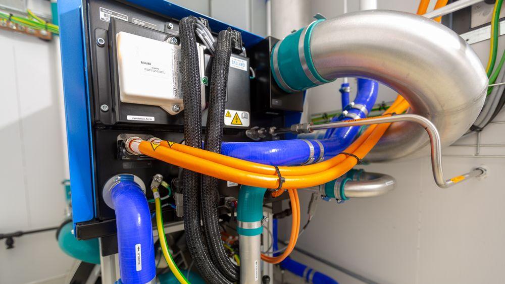 Hydrogen som energibærer og brenselcelle  kan være en mulig vei til nullutslippsskip i framtida. EU vil samarbeide med private for å forske og utvikle teknologier og løsninger. Her fra Kongsberg Energy Lab på Kongsberg, som har et hybridlaboratorium med blant annet en Ballard brenselcelle på 30 kW.