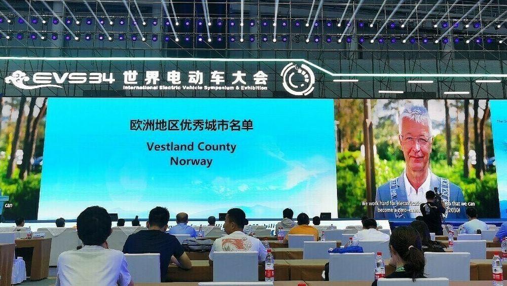 Fylkesordfører Jon Askeland fra Vestland fylkeskommune mottok prisen digitalt under konferansen i Kina.
