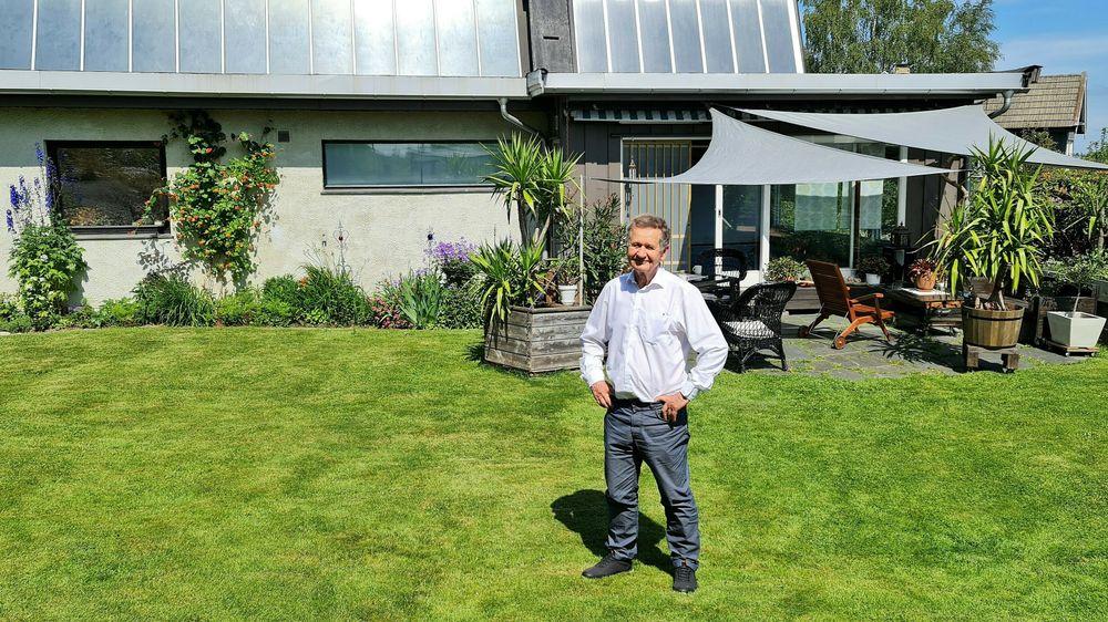 Da den kjente kjernefysikeren flyttet hjem til Norge på midten av 70-tallet, ville han ha hus med integrerte solfangere. Det har han ikke angret på.