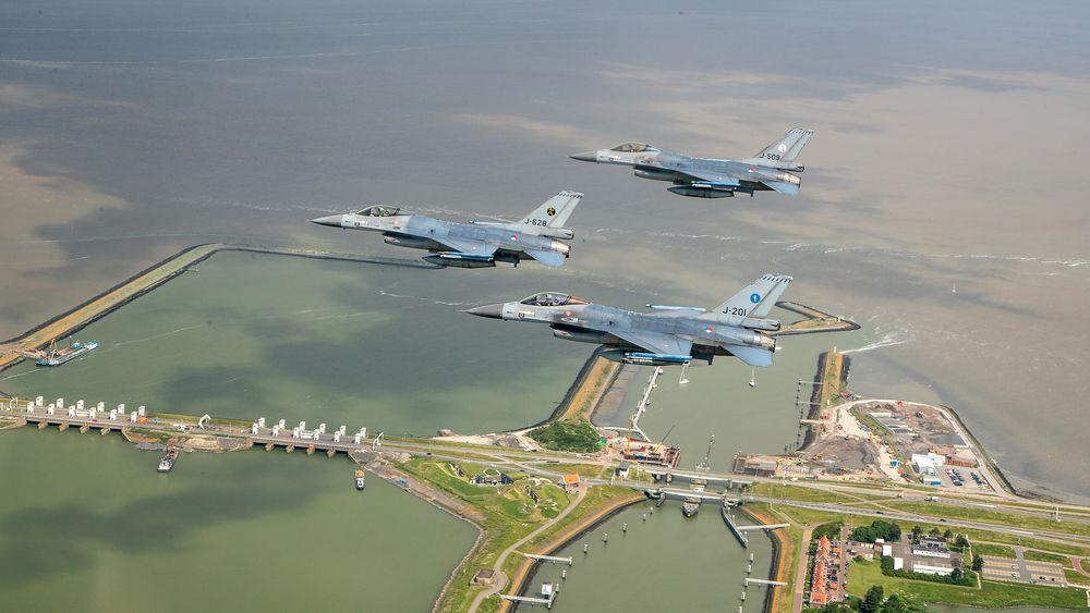Tre nederlandske F-16 i formasjon over Afsluitdijk i forbindelse med flytypens farvel til Friesland tirsdag 22. juni.