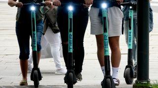 Paris truer med totalforbud mot elsparkesykler etter dødsulykke