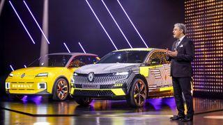 Renault-direktør Luca de Meo foran MeganE og Renault 5.