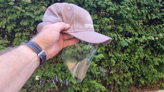 Caps ble bygget som virusbarriere - tar av som pollenbarriere